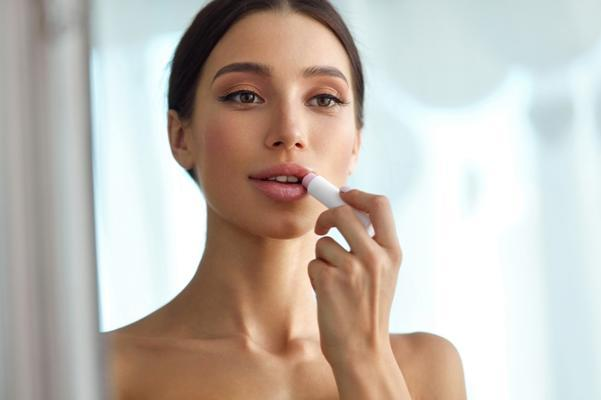 【美容部員おすすめ4選】唇の乾燥を防いでうるおいたっぷりに導くリップクリームって?