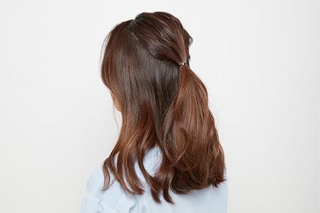 トップの髪の毛を後頭部で結ぶ